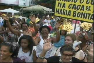 Bando anunciador leva centenas de pessoas às ruas de Feira de Santana - Cortejo antecede a festa da padroeira da cidade, Senhora Santana.