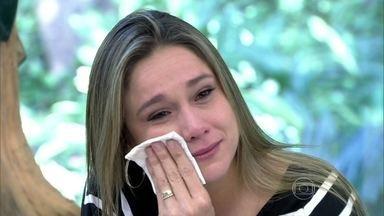 Fernanda Gentil chora ao ouvir pai e mãe falarem - Jornalista se emociona ao ver depoimentos da família