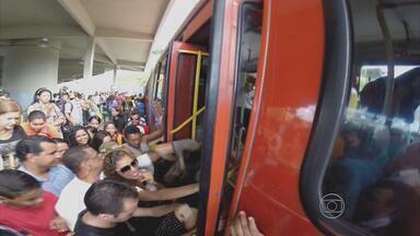 Usuários do Terminal Integrado da Macaxeira têm várias queixas - Atrasos, filas longas, desrespeito, falta de fiscalização e ônibus lotados são os problemas relatados.