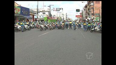 Mototaxistas interditam Avenida e pedem regularização de tarifa de R$ 4 - Segundo a categoria, o valor não é alterado desde 2009.Eles fecharam Avenida Rui Barbosa por 1 hora depois seguiram para SMT.