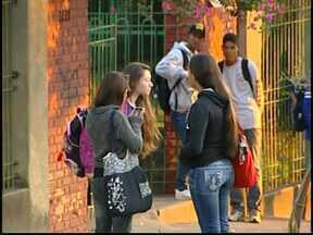 Alunos de Divinópolis voltam às aulas após fim de férias - Por causa da Copa do Mundo, estudantes tiveram 30 dias de férias.Mais de dois milhões de alunos voltam às aulas em todo o estado.
