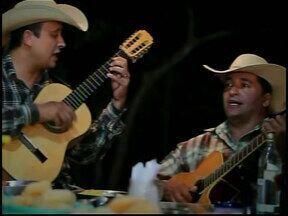 MGTV conta história de Tião Reis e Zé Mineiro em Divinópolis - Violeiros de Divinópolis ganharam fama e reconhecimento depois que apareceram na TV Integração, afiliada da Rede Globo.