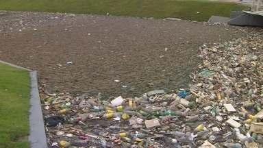 Recém vitalizado, igarapé do 40 volta a ser poluído por lixo em Manaus - Reportagem flagrou acumulo de resíduos em toda a extensão do igarapé.