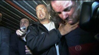 Polícia de São Paulo vai ouvir novamente casal suspeito de matar zelador - A polícia já disse que o homem, que confessou o crime, e a mulher dele vão ser indiciado pelo crime. O laudo afirma que as manchas de sangue encontradas na fechadura e no corredor são do zelador. Na bota e no carro, não havia sangue humano.