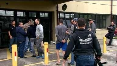 Polícia prende 43 pessoas suspeitas de vender drogas em SP - A polícia prendeu mais de 40 pessoas suspeitas de vender drogas vindas da Bolívia e do Paraguai. O gerente do tráfico tinha uma frota de carros de luxo.