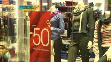 Inverno em promoção - Frio é menor do que o aguardado e comerciantes começam a fazer promoção das roupas de inverno.