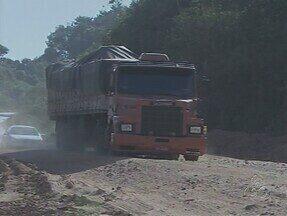 Após cheia em RO, motoristas encontram dificuldades em trafegar na BR-364 - Na via que liga Rondônia ao Acre, além de poeira, são encontrados diversos buracos, o que exige maior atenção dos motoristas.
