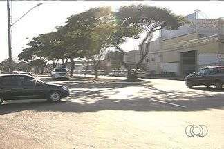 Alto número de acidentes em cruzamento gera preocupação em Goiânia - O alto número de acidentes no cruzamento de duas avenidas no Setor Santa Genoveva, em Goiânia, preocupa os moradores. A falta de sinalização é apontada com um dos principais problemas.