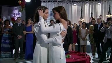 Clara e Marina se casam diante dos amigos e da família no Galpão Cultural - Elas trocam juras de amor e são aplaudidas pelos convidados