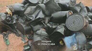 Barris com resíduos industriais são descartados de forma irrgular em Piracicaba, SP - Barris com resíduos industriais foram descartados irregularmente em uma olaria no bairro Campestre, em Piracicaba, SP. O material foi encontrado em uma visita de rotina do Sindicado dos Trabalhadores nas Indústrias de Construção e do Mobiliário.