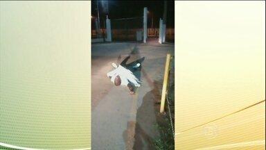 Vigilante morre sem atendimento em frente a hospital de SP - A polícia está investigando o caso de um vigilante que morreu sem atendimento em frente a um hospital particular, em São Paulo. Durante mais de uma hora ele agonizou e pediu socorro.