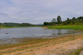 Estiagem compromete represas do Sistema Alto Tietê - O Sistema Alto Tietê é o segundo que mais produz água para abastecer a região metropolitana de São Paulo. O nível das represas baixa 0,2% todos os dia. Se não chovesse nada, a água poderia acabaria no final de novembro.