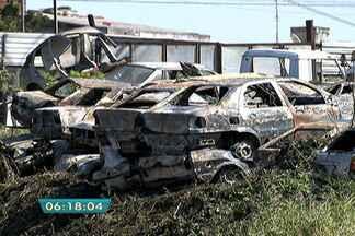 Incêndio atinge veículos em pátio na Zona Leste de São Paulo - O incêndio atingiu o pátio de veículos apreendidos na Rua Antônio João de Medeiros, no Itaim Paulista, Zona Leste de São Paulo. Cerca de 170 carros foram destruídos.