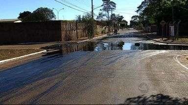 Vazamento de óleo causa transtornos no bairro Coophasul em Campo Grande - Além do dano ambiental, também provocou um acidente de trânsito. A estimativa é que cerca de 5 mil litros do material foram derramados