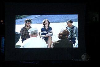 """Projeto """"Cine Comunidade"""" leva cinema a Itaquaquecetuba - 200 pessoas puderam assistir um filme neste domingo (20)."""