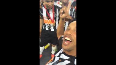 Ronaldinho Gaúcho grava a festa da torcida e dos jogadores na comemoração da Recopa - Mesmo após deixar o gramado depois de ser substituído, meia retorna apra buscar medalha e filmar a festa