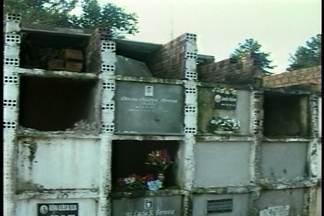 Equipe de reportagem realiza blitz em cemitérios de Santa Maria (RS) - Sujeira, mato, e túmulos abertos são alguns dos problemas encontrados nos cemitérios da cidade.