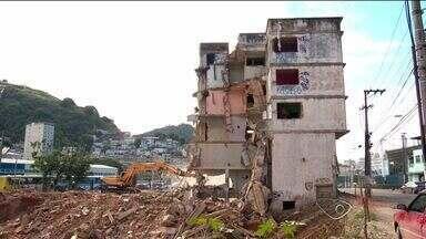 Após demolição de prédio, escombros são retirados da Ilha do Príncipe, em Vitória - A derrubada do prédio faz parte do projeto de construção de um viaduto, que vai dar acesso ao porto de Vitória, o complexo viário chamado de Portal do Príncipe.