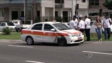 Carro capota após colisão com táxi, na orla de Camburi, em Vitória - Motorista fala que seguia para a Serra, quando foi atingido pelo táxi. Uma das pistas foi interditada. Ninguém ficou ferido.