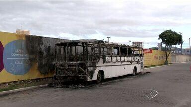 Ônibus abandonado pega fogo em rua de Vila Velha, ES - Usuários de drogas usavam veículo como esconderijo, disseram moradores. Corpo de Bombeiros chegou ao local e controlou as chamas.