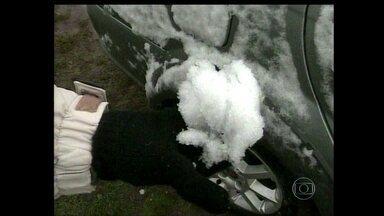 Temperatura na região Sul despenca e serra catarinense tem neve - A primeira neve do ano do estado caiu de madrugada nos pontos mais altos da serra catarinense.