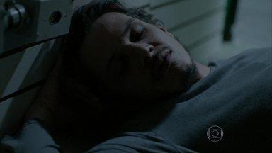Elivaldo decide dormir no quiosque - O rapaz acaba bebendo demais