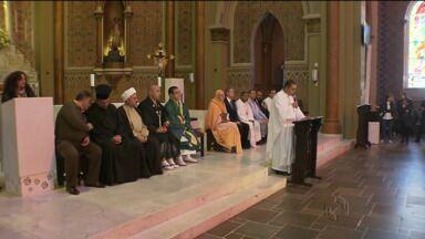 Comunidades religiosas participam de culto para às vítimas do conflito na Faixa de Gaza - As homenagens começaram em frente a catedral