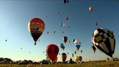 Balões do mundo todo colorem o céu de Rio Claro (SP) - Os balões coloridos de 59 equipes fizeram do céu de Rio Claro, no interior paulista, o cenário de uma competição bonita de se ver. Milhares de pessoas foram as ruas acompanhar as provas.