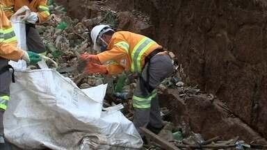 Mais de cinco toneladas de lixo são retiradas do Rio Tietê após estiagem - Foram cinco dias de trabalho, várias viagens feitas com o caminhão carregado. Os resíduos foram direto para o aterro da cidade.