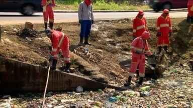 Cheia em Manaus espalha lixo pela cidade - Nos primeiros seis meses do ano, a prefeitura de Manaus gastou mais de R$ 5 milhões para retirar quatro mil toneladas de lixo das águas da capital.