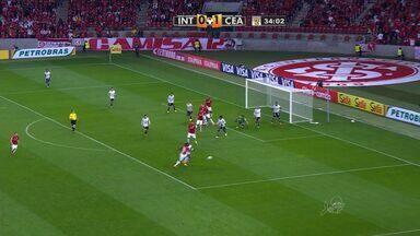 Tiago sai mal, mas Juan não aproveita a sobra! - Inter tenta mais uma bola aérea. Tiago sai mal, mas Juan não aproveita o rebote