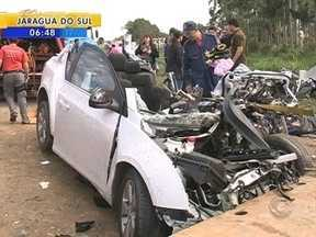 Quatro pessoas morrem e uma fica ferida em colisão na BR-470; vítimas trabalhavam na BMW - Quatro pessoas morrem e uma fica ferida em acidente na BR-470; vítimas eram funcionários da BMW