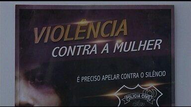 Polícia faz campanha para incentivar vítimas de violência a denunciar agressores em Goiás - Número de casos de violência contra a mulher tem aumentado em Caldas Novas, no sul goiano.