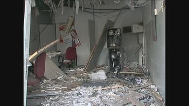 Polícia busca suspeitos de explosão de caixa eletrônico em Calçado, PE - Assaltantes se dividiram e ficaram espalhados pela cidade, para impedir a ação da polícia. Alvo era o único caixa eletrônico de banco existente no município.