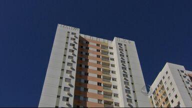 Polícia investiga pichação em prédio em Campo Grande - As mensagens foram pintadas no alto de um prédio de 18 andares. A polícia suspeita que alguém de dentro do condomínio tenha participação na ocorrência