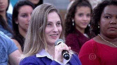 Deficiente visual, Lucia consegue se maquiar após aulas - Jovem tem doença degenerativa e não consegue enxergar detalhes