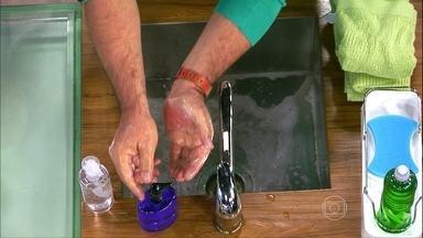 Aprenda a lavar as mãos corretamente - Antes de mais nada, retire relógio e anéis. Umedeça as mãos e coloque o sabão. Esfregue uma mão na outra, não esquecendo os dedos e pulsos.