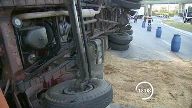 Caminhão carregado com macarrão tomba na Via Norte em São José - Acidente foi na tarde desta quarta-feira (30); ninguém ficou ferido.Segundo motorista, roda do veículo travou e caminhão tombou na pista.