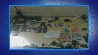 Após fuga de 6 detentos, celulares são encontrados em presídio de Manaus - Drogas e carregadores de celular também foram localizados no presídio. Agentes foram afastados da unidade por facilitarem fuga, segundo Sejus.