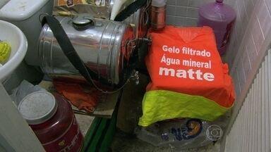 Depósito de mercadorias ilegais usados por ambulantes é descoberto em Copacabana - Agentes da prefeitura estouraram mais um depósito de mercadorias ilegais, usado por ambulantes. Produtos guardados sem higiene eram vendidos nas areias e no calçadão da praia.