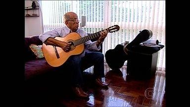 Corpo de músico e instrumentista José Menezes de França será enterrado em Guapimirim - Zé Menezes começou a trabalhar na Rede Globo na década de 70. Ele foi diretor musical, maestro e arranjador. Zé compôs várias trilhas e vinhetas de programas.
