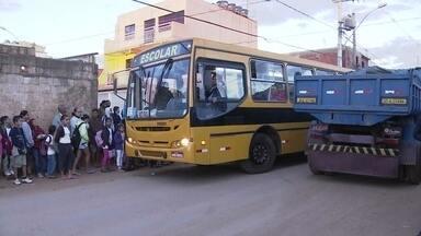 Alunos de escolas públicas aguardam transporte sem segurança na Estrutural - Na Estrutural, alunos de escolas públicas aguardam o transporte escolar no meio da pista, sem nenhuma segurança. No local, não há recuo para os ônibus, nem calçadas ou sinalização que indique passagem dos estudantes.