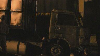 Caminhão pega fogo e tem carga de 70 fogões queimada em São Carlos - Caminhão pega fogo e tem carga de 70 fogões queimada em São Carlos