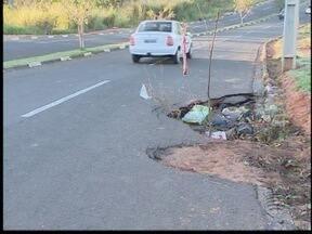 Moradores reclamam de buraco na Av. Juscelino Kubitschek - Trecho fica no Jardim Cambuci, em Presidente Prudente.