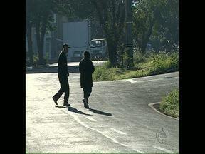 Falta faixa e sobra abuso na avenida Castelo Branco - Pedestres reclamam da travessia em frente à Policlínica Municipal, em Londrina.