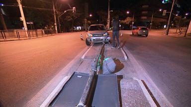 Carro bate em semáforo perto da Praça da Liberdade em BH - O acidente foi cruzamento da Avenida Bias Fortes com Rua da Bahia.