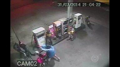 Policial reage a assalto e atinge bandido no interior de São Paulo - A cena foi filmada pela câmera de segurança de um posto de combustível. O ladrão está internado em estado grave.