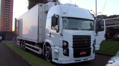 Mais de 250kg de cocaína e crack foram apreendidos no fundo falso de caminhão - Três pessoas foram presas