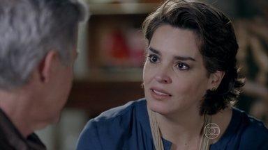 Beatriz afirma a Cláudio que sempre soube de seu segredo - Ela garante que é muito feliz ao lado do marido e que jamais irá revelar o que sabe