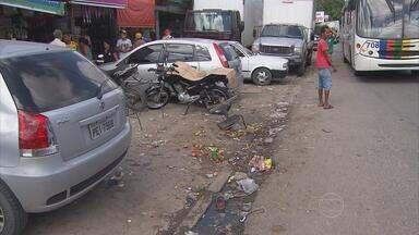 Na Estrada da Caenga, queixas vêm tanto de pedestres quanto de motoristas - Há buracos, lixo e calçadas ocupadas por ambulantes.